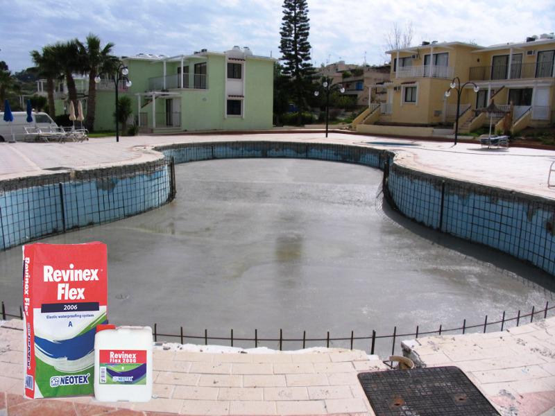 Tạo ẩm bể mặt trước khi chống thấm hồ cá