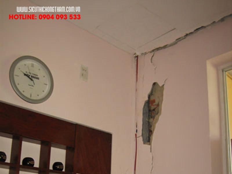 trần nhà bị nứt gây thấm nước