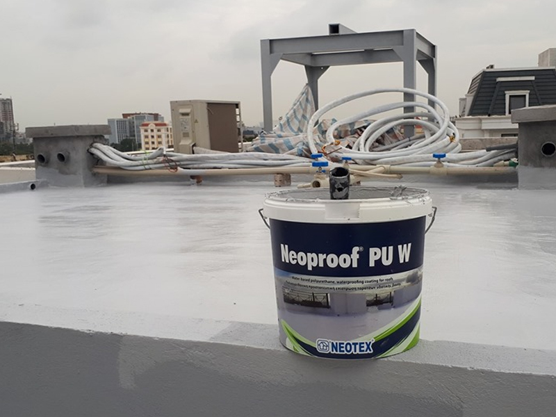Hình ảnh thi công sản phẩm Neoroof Pu W cho sàn mái ngoài trời
